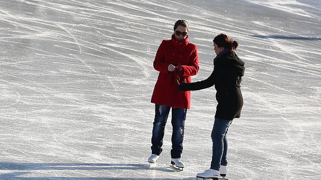 Zamrzlé koupaliště v Novém Boru navštíví každý den mnoho zájemců o bruslení pod širým nebem. Hrát se zde dá i hokej.