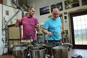 Jiří a Jakub Haidlovi při výrobě pohárů ze 16. století, jejichž fragmenty odborníci našli ve Švédsku v pevnosti Kalmar na pobřeží zálivu.
