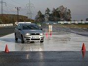 Bezpečně a za dohledu instruktora si mohou lidé na autodromu v Sosnové vyzkoušet třeba úhybné manévry na kluzkém povrchu.
