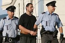 Tento muž měl se zbraní v ruce odvléci do garáže v Ústí nad Labem dvě děti. Tam je držel deset dní, dokud je nenašli rodiče chlapce. V sobotu muže z Mlékojed poslal soud do vazby. Za pokus o únos jej před lety potrestal soud v České Lípě.