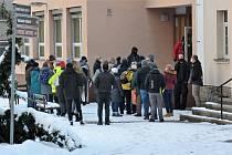 Fronta před jedním z přepážkových pracovišť Městského úřadu v České Lípě, Děčínská ulice. Pondělí 2. února po 8 hodině ráno.