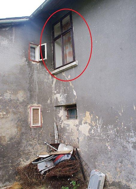 Tímto oknem zmizel ze svého domova vKunraticích dvaadvacetiletý Daniel. Od pondělí po něm pátrá rodina ipolicie.
