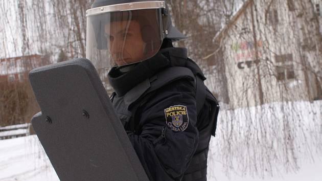 I když muž na snímku vypadá jako těžkooděnec, není jím. Jde o strážníka Městské policie v České Lípě s novým vybavením.