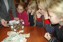 """Dobročinné topinky, které o víkendu návštěvníkům na Vodním hradu Lipý připravovaly a prodávaly děti z českolipských turistických oddílů mládeže Chippewa a Dakoti vynesly bezmála dvacet tisíc korun, které """"tomíci"""" věnují nemocnému Láďovi Hasmandovi."""