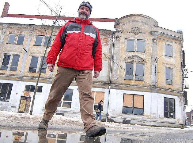 Ivo Čeřovský před hotelem Sever