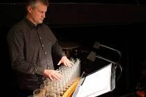 Sasha Reckert je specialistou hry na skleněné hudební nástroje již od roku 1986.