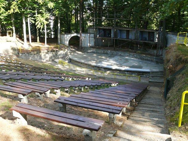 Sklářské muzeum pod širým nebem vystřídá letní kino v lidmi oblíbených Horových sadech v Novém Boru.