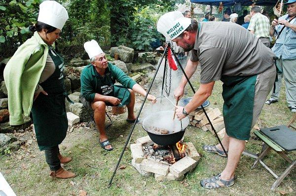 Myslivci po roce opět vařili vpolních podmínkách zvěřinové guláše.