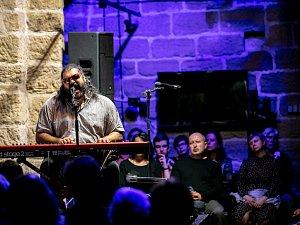 V pátek 12. října festival Lípa Musica zařadil vybočení z klasickohudebního zaměření své dramaturgie a přivítal výraznou osobnost romské hudební scény, multi instrumentalistu a zpěváka Mária Biháriho.