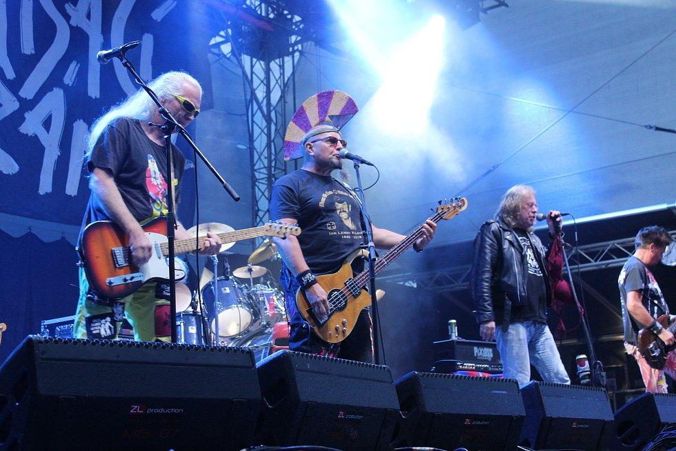 Na festivalu Hrady CZ Light v sobotu zahráli písničkář Pokáč, UDG, Support Lesbiens, Sebastian, Visací zámek a Xindl X. Vrcholem večera byly koncerty kapel Divokej Bill a Rybičky 48.