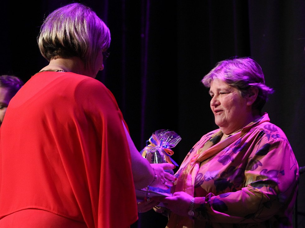 Za statečnost a odvahu převzala poděkování Ludmila Doležalová.