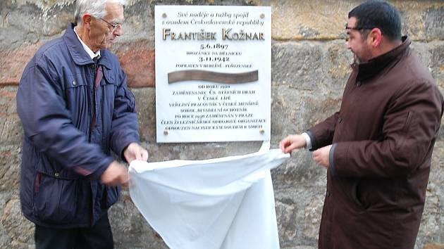 Novou desku na památku Františku Kožnarovi odhalili zastupitel Jaromír Štrumfa (vlevo) a místostarosta Tomáš Vlček.