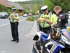 Na oblíbených trasách motorkářů v Libereckém kraji si na jezdce v jedné stopě v neděli posvítili policisté. Rozsáhlé kontroly probíhaly také v Dubé-Deštné na Českolipsku.