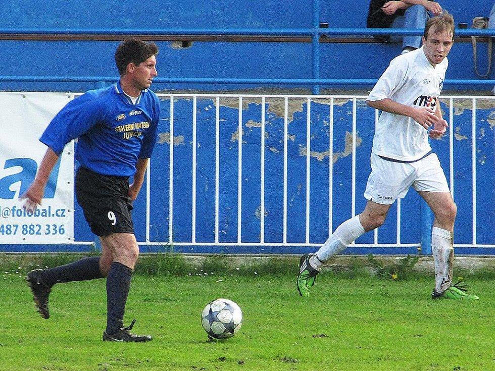 Okresní fotbalové derby v rámci I. A třídy u Máchova  jezera mezi Doksy a Skalicí vítěze nemělo, protože nikdo z hráčů neskóroval.