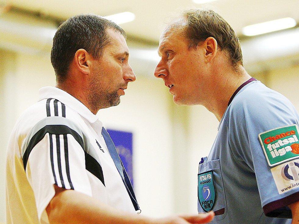 Domácí trenér Kruliš (vlevo) má výhrady vůči rozhodčímu Šmidovi.