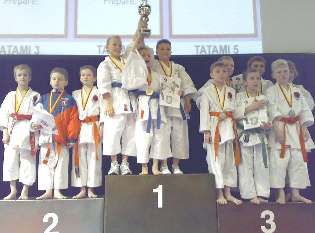 Na Středoevropské lize Grand Prix v karate se dařilo klubu Sport Relax. 2. místo v kata týmech obsadili Šerák, Hájek , Fišar a třetí příčku obsadili Zítko, Razák, Pevný.