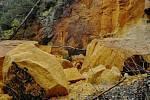 Utržený skalní blok pískovcové jeskyně.