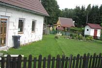 Ze zahrádkářské kolonie se v Sosnové v poslední době stává spíše kolonie chalupářská. Otázkou, kam s odpadem, si chalupáři příliš hlavu nelámou. odpad jednoduše vypouští do potoka.