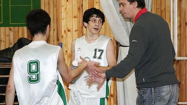 Kamil Loňek (vpravo) děkuje za odvedený výkon v podzimní části Extraligy juniorů Čmuchálkovi a Příhonskému.