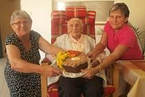 Marie Veselá vychovala 7 dětí, poblahopřát k narozeninám už jí včera stihly dcery Marie Štěpánková a Hana Švecová (na snímku) a vnuk Josef Štěpánek.