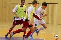Záloha futsalového klubu FC Démoni Č. Lípa (bílé dresy) rozcupovala liberecké Prašivky na prach.