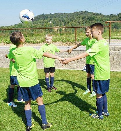 SFotbalovým kempem mládeže (FKM), jehož třetí ročník probíhal ve sportovně rekreačním areálu vHeřmanicích vPodještědí, se vúterý rozloučili mladí hráči zrůzných koutů republiky.