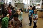 Druháčci ze ZŠ Dubá měli v letošním školním roce jako jeden z prvních úkolů návštěvu zvířátek ve školní mini ZOO.