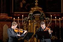 Do posledního místa zaplněná bazilika vyslechla veskrze mistrovský dialog koncertních mistrů České a Berlínské filharmonie, Josefa Špačka a Noaha Bendixe-Balgleye.