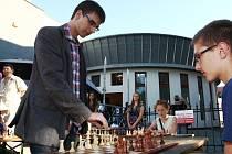 Tadeáš Kriebel (vlevo) se novoborské šachové Corridy zúčastnil poprvé v roce 2012.