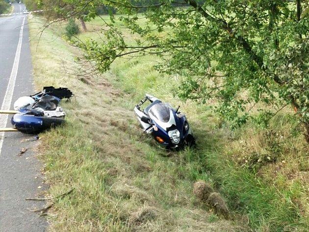 Náraz do stromu nepřežil ve čtvrtek pětašedesátiletý motocyklista.