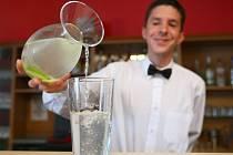 Karafu s vodou ke kávě nebo jídlu nabízí čím dál více restaurací. Lidé mají o čerstvou kohoutkovou zájem.