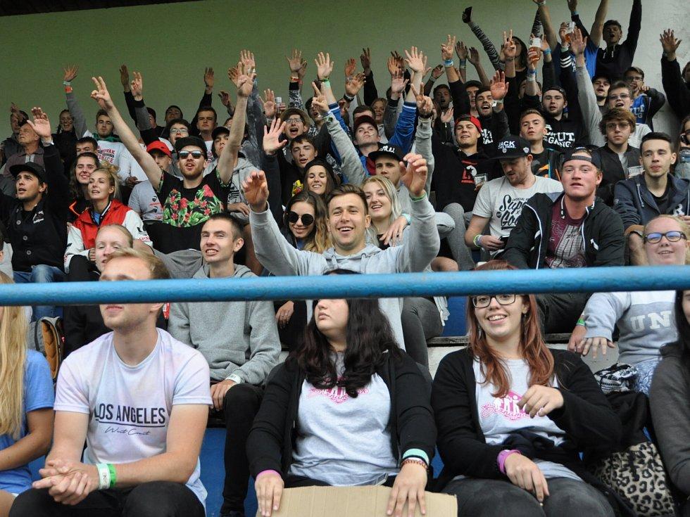 Doksy - Velké Hamry 0:1 (0:1). Téměř pět stovek diváků vidělo hodnotné utkání a vytvořilo skvělou atmosféru nevídanou na krajském přeboru. Studenti pobývající na soustředění v Doksech zaplnili celou tribunu a vytrvale povzbuzovali domácí fotbalisty.