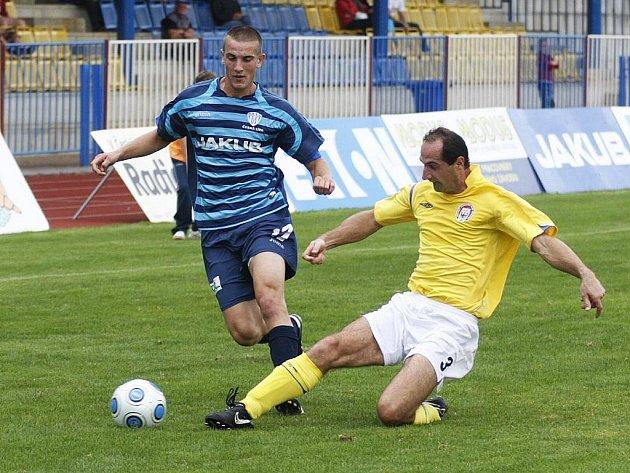 Fotbalisté České Lípy (modré dresy) prohráli 1:2 s Chrudimí.