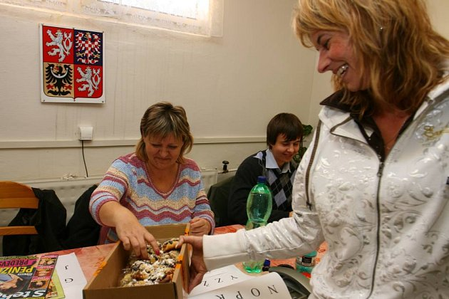 Místo stravného dostala volební komise v Zákupech oběd z jídelny ve škole a domácí koláčky, které napekla sama starostka.