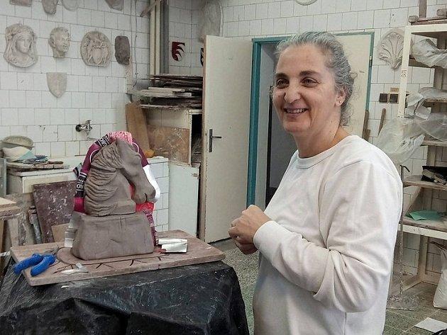 IZRAELSKÁ UMĚLKYNĚ RONI ZEHAVI OZ absolvovala společně se svým druhem kurs tavené plastiky ve sklářské škole vKamenickém Šenově.