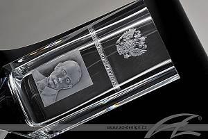 Podobu vázy, která vznikala spojením hned několika speciálních sklářských technik, navrhl designér a brusič Aleš Zvěřina z významného sklářského studia AZ Design. Putinův portrét byl do vázy vyryt starou technikou.