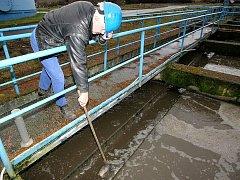 Dvacet let stará technologie čistírny odpadních vod v Novém Boru bude v rámci rekonstrukce vyměněna. Čistírna leží na řece Šporka, ta ústí do Ploučnice, ve které se tak zvýší kvalita a čistota vody. Na snímku  je Kurt Melzer, strojník čističky.