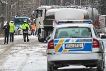 Při srážce kamionu a policejní dodávky u Doks zemřeli v prosinci dva policisté.