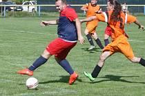 Domácí Sparta Sosnová (tmavší dresy) podlehla Dubnici 0:1. Mařica se snaží zastavit pronikajícího novice v domácím dresu Radka Chynu.