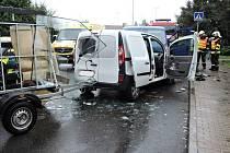 Při úterní srážce aut v České Lípě se zranili lidé i pes.