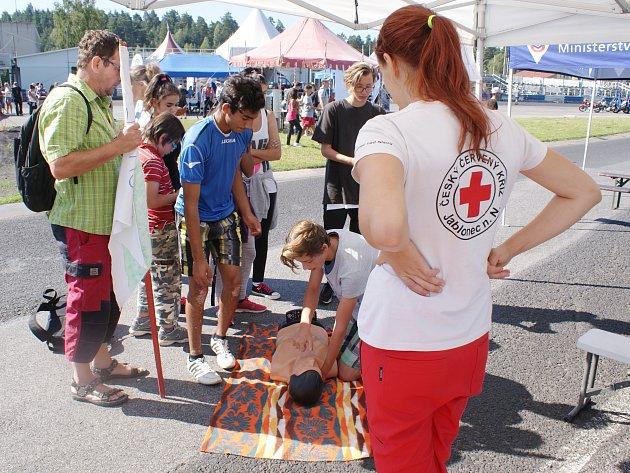 Zábavnou formou bylo dětem z dětského domova vysvětleno, jak se chovat na silnicích, nebo při dopravní nehodě.