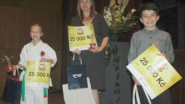 Vítězové krajského kola. Adéla Šinerová, Jiří Liška (cenu přebírala ředitelka českolipského gymnázia Helena Paszeková) a Daniel Matějča.
