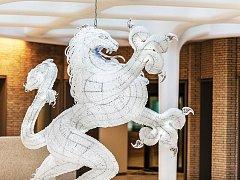 Lustr ve tvaru holandského erbovního lva vznikl ze spolupráce mezi novoborským Kolektivem a designérem Hansem van Bentemem.