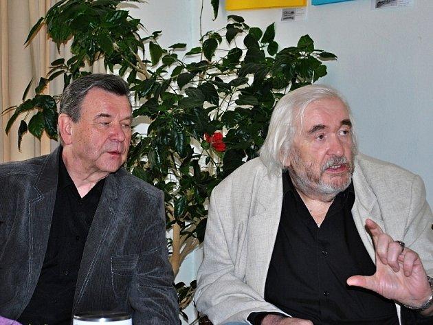 Václav Postránecký s malířem Jiřím Hypšem (vpravo), jehož obrazy vynesly 47 920 Kč pro pejsky a kočičky.