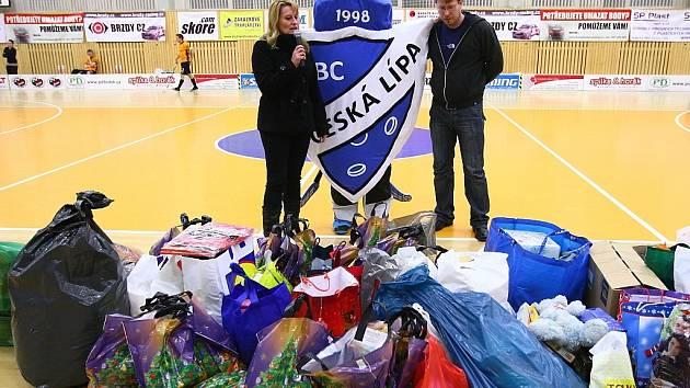 Hromady dárků čekaly ve sportovní hale na děti z domova v České Lípě už loni.