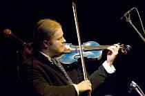 Nedělní koncert fenomenálního houslisty Pavla Šporcla a slovenské cikánské cimbálové kapely Romano Stilo zakončil letošní rok v českolipském KD Crystal.