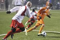 Českolipský Arsenal podlehl v přípravném fotbalovém utkání domácím Brozanům (bílé dresy) 1:2, když rozhodující druhou branku inkasoval v 88. minutě.