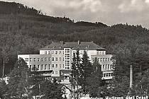 Historický pohled na původní nervové sanatorium v Martinově údolí. Dnes se zde léčí dospělí s dýchacími obtížemi.