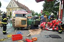 Hasiči mladíka vyprostili a postarali se o uniklý olej, který z traktoru vytekl.