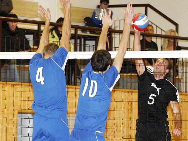 Volejbalisté Lokomotivy hráli dvakrát s rezervou Benátek. Poživil se snaží překonat dvojblok Parkán (4) - Kohlmann.